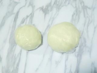 蛋黄酥,油皮和油酥分别用保鲜膜盖好,松弛半小时