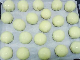 蛋黄酥,放入烤盘中,刷一层蛋黄液
