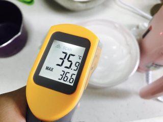 意式马卡龙,降到40度!如果没有温度计就降到手摸着温的 不要太凉!