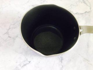 意式马卡龙,清水准备好 放在小奶锅中