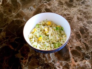 培根包饭—小小炒饭的另一种高大上吃法,自己喜欢的炒饭半小碗备用。