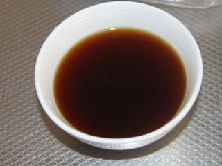 家常炖鲫鱼,调汁,3勺酱油,2勺醋,3勺糖,1勺盐,适量水调成汁