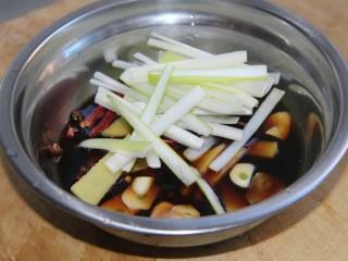 家常炖鲫鱼,再把葱姜蒜干辣椒,花椒,八角,胡椒粒放入调好的汁中待用