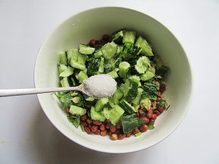 下酒菜凉拌黄瓜花生米,加入盐腌渍