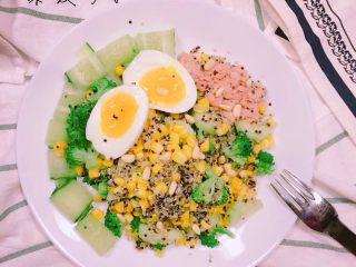 牛排藜麦沙拉🥗,还可以搭配黄瓜🥒,金枪鱼,再加上紫薯,口感也非常好吃!💙💛