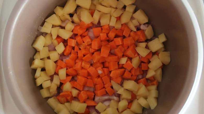 五花肉胡萝卜土豆焖饭,撒上土豆丁