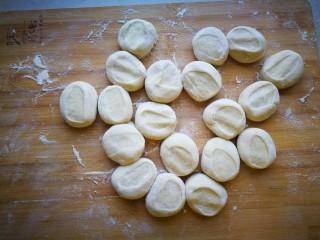 #咸味#黄瓜猪肉水饺,撒上面粉,将面剂子按扁。