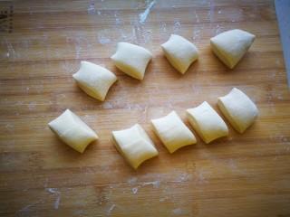 #咸味#黄瓜猪肉水饺,将面团滚成长条状,分割成一个个小剂子。