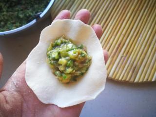 #咸味#黄瓜猪肉水饺,将面剂子擀成圆形,包入馅料。