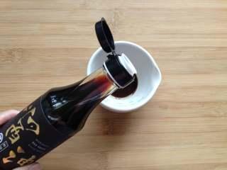 凉拌手撕杏鲍菇,先来调汁,碗中放入陈醋、糖、芝麻油和又伊鲜鲜酱油,拌匀备用