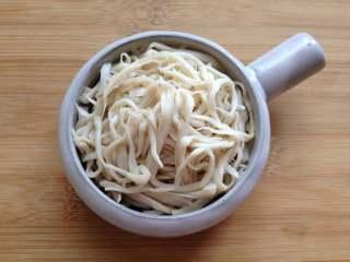 凉拌手撕杏鲍菇,再把杏鲍菇中的水分挤干,放入碗中