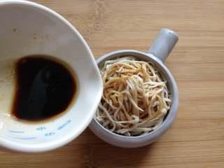 凉拌手撕杏鲍菇,把之前兑好的调料汁淋入杏鲍菇中