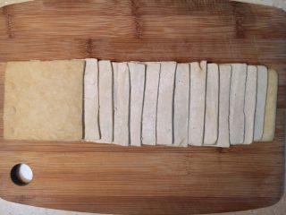 早餐+大煮干丝,把白干批成片。 刀与砧板平行,白干一层一层批成薄片,再一层层铺排整齐。 我批了15层,刀功好的可以批出18层。