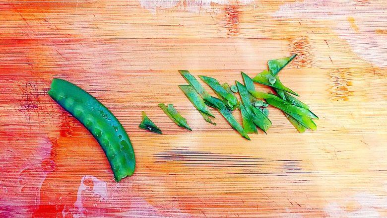 健康饮食之翡翠拌白玉(荷兰豆拌白玉菇),煮好之后的荷兰豆稍微晾凉一下,然后如图所示,斜着切成丝!