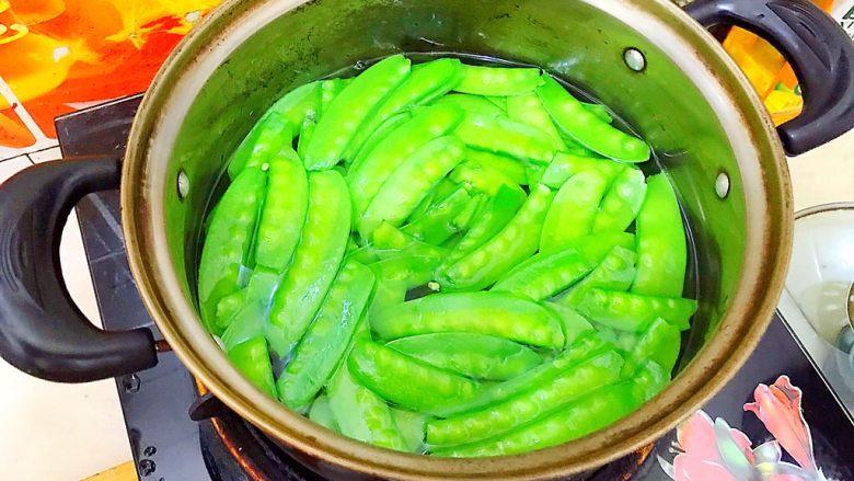 健康饮食之翡翠拌白玉(荷兰豆拌白玉菇),再重新煮一锅水,水开后放入荷兰豆,煮两分钟!