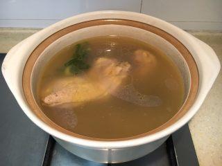 早餐+大煮干丝,这是提前熬制好鸡汤。