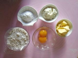 宝宝无盐黄油饼干,准备好所用的材料:面粉120g,蛋黄两个,黄油75g,奶粉25g,糖粉20g。
