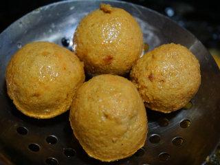 咸蛋豆腐球,待蛋黄豆腐球表面炸至金黄时捞出沥干油 叨叨叨:炸蛋黄豆腐球全程用中火,大概需要10分钟