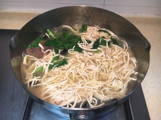 早餐+大煮干丝,然后放入煮熟的干丝,加少许鸡油、盐、鸡精稍煮调味。