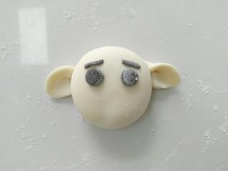 小白象花样馒头,然后,粘上眼睛,和眉毛。