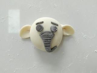 小白象花样馒头,在粘上小白象的鼻子,然后弯出一个弯。冷水上锅蒸,开中小火哦!