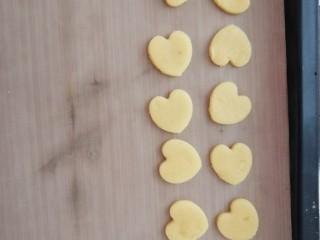 宝宝无盐黄油饼干,摆在铺上油纸的烤盘上。