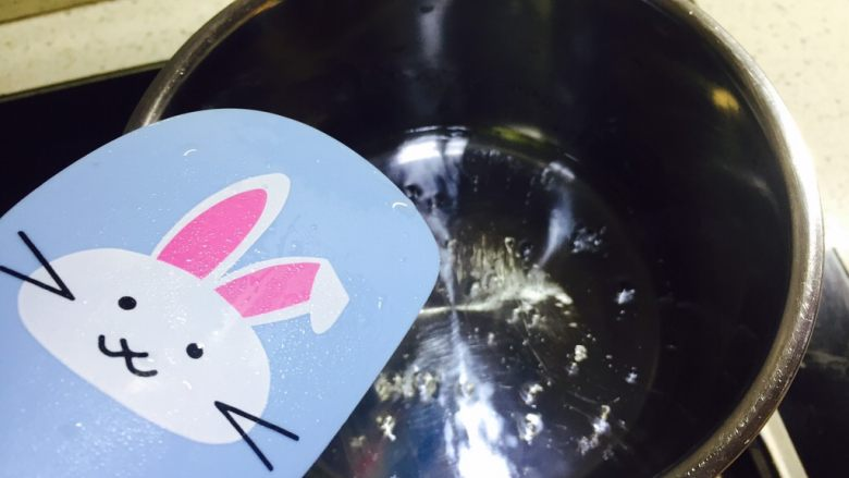 百香果磅蛋糕,煮的过程中可以用刮刀搅拌下,让糖熔化