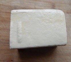 香煎豆腐,买来的豆腐,因为煎豆腐所以最好选择老点的豆腐。不然翻面的时候容易坏。