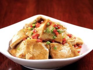 香煎豆腐,装盘,将葱撒上去。如果喜欢吃辣椒的话就放点辣椒。