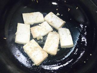 香煎豆腐,开中大火煎。
