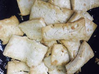 香煎豆腐,煎到两面金黄,翻面后将另外一面也煎到金黄色。