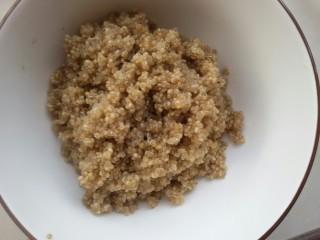 鲜虾牛油果黎麦沙拉,先把黎麦洗净,加3倍水煮黎麦,不盖盖子,大约十分钟就好。