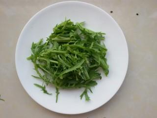 鲜虾牛油果黎麦沙拉,苦菊洗净掰小段,备用