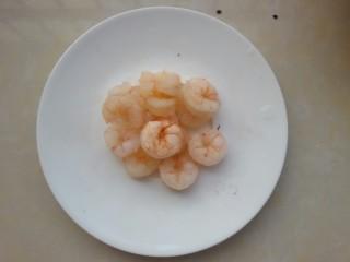 鲜虾牛油果黎麦沙拉,虾仁去虾线,煮熟