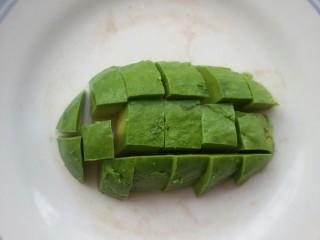 鲜虾牛油果黎麦沙拉,切成小块