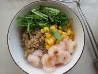 鲜虾牛油果黎麦沙拉,先把苦菊,玉米粒,虾仁放进藜麦里