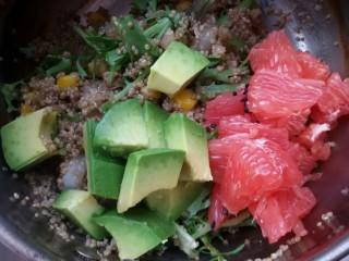 鲜虾牛油果黎麦沙拉,最后放牛油果和西柚,因为成熟的牛油果容易懒,西柚容易散