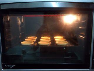 玉米蛋挞,放进预热好的烤箱,上下火200度,中层15-20分钟