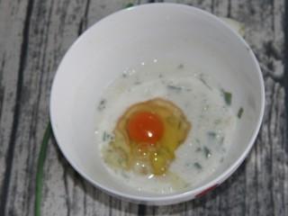 幸福早餐葱花鸡蛋卷,打入一个鸡蛋