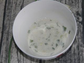 幸福早餐葱花鸡蛋卷,加入120ml的水混合均匀