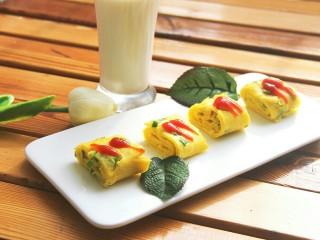 幸福早餐葱花鸡蛋卷,切小块,上面挤一点番茄酱,配牛奶当早餐美美哒