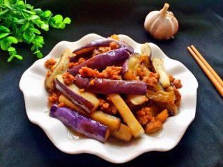 肉末茄子,炒熟装盘。