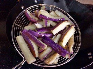 肉末茄子,捞起备用。