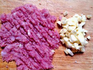肉末茄子,剁好肉末,蒜末。