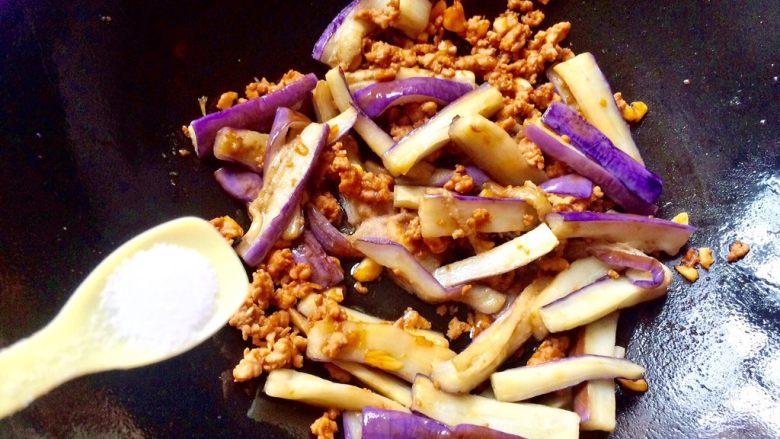 肉末茄子,加少许盐,翻炒均匀。(喜欢吃辣的口味,可以加适量辣椒油或豆瓣酱)