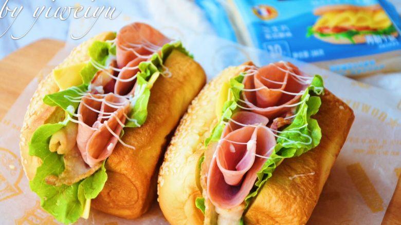 芝士火腿三明治,挤上沙拉酱