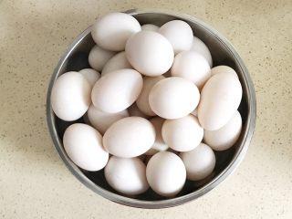 自制流油沙黄咸鸭蛋,控干水分,一定要控干水分哦,我是放了一个晚上阴干水分的