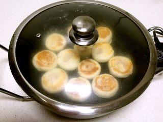 火腿发面饼,盖上锅盖焖2分钟