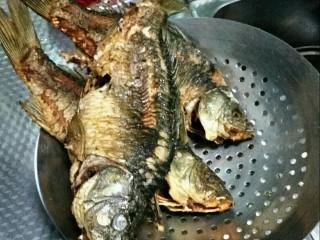 贵州风味鱼火锅,鱼处理干净,擦干水后下锅炸只表面焦黄。捞出备用。