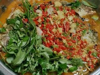 贵州风味鱼火锅,大火煮开后转至小火煮10分钟。